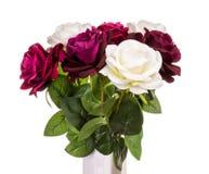 Τεχνητά τριαντάφυλλα στο βάζο που απομονώνεται Στοκ Εικόνα
