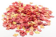 Τεχνητά φύλλα φθινοπώρου σε έναν σωρό Στοκ εικόνα με δικαίωμα ελεύθερης χρήσης