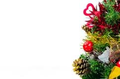 τεχνητά Χριστούγεννα που ψαλιδίζουν το διακοσμημένο απομονωμένο δέντρο μονοπατιών Στοκ φωτογραφίες με δικαίωμα ελεύθερης χρήσης