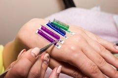 Τεχνητές επεκτάσεις eyelash, το κύριο χέρι ` s, eyelash extens Στοκ εικόνα με δικαίωμα ελεύθερης χρήσης