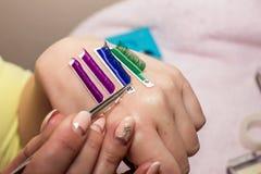 Τεχνητές επεκτάσεις eyelash, το κύριο χέρι ` s, eyelash extens Στοκ εικόνες με δικαίωμα ελεύθερης χρήσης