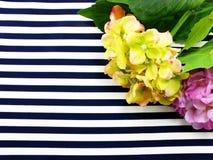 Τεχνητή ανθοδέσμη λουλουδιών Hydrangeas που βρίσκεται στα μπλε και άσπρα λωρίδες Στοκ εικόνες με δικαίωμα ελεύθερης χρήσης