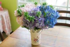 Τεχνητή γαμήλια νυφική ανθοδέσμη κρητιδογραφιών στο δοχείο λουλουδιών Στοκ Εικόνες