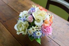 Τεχνητή γαμήλια νυφική ανθοδέσμη κρητιδογραφιών στο δοχείο λουλουδιών Στοκ φωτογραφίες με δικαίωμα ελεύθερης χρήσης