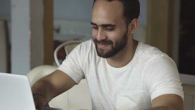 Τεχνητή επιτυχής πληρωμή Σε απευθείας σύνδεση τραπεζικές εργασίες με το lap-top και την πιστωτική κάρτα απόθεμα βίντεο