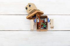 Τεχνητή νοημοσύνη - ρομπότ με τα χέρια που αποσυναρμολογούνται Επίπεδος βάλτε στοκ φωτογραφίες
