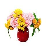 Τεχνητός αυξήθηκε λουλούδια στο κόκκινο βάζο στο άσπρο υπόβαθρο Στοκ φωτογραφία με δικαίωμα ελεύθερης χρήσης