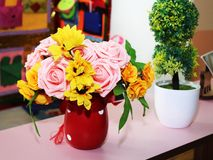 Τεχνητός αυξήθηκε λουλούδια στο κόκκινο βάζο Στοκ εικόνες με δικαίωμα ελεύθερης χρήσης
