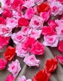 Τεχνητός αυξήθηκε λουλούδι ακτινοβολεί επάνω ύφασμα Στοκ Φωτογραφίες