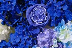 Τεχνητός ζωηρόχρωμος του ροδαλού υποβάθρου ντεκόρ λουλουδιών για το μήνυμα κειμένου Το τεχνητό μπλε του ροδαλού υποβάθρου ντεκόρ  Στοκ Εικόνες