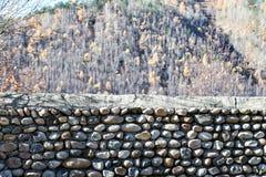 τεχνητός μπλε ελαφρύς τοίχος πετρών Τοποθέτηση των πετρών σε ένα φθινόπωρο δασικό Autu υποβάθρου Στοκ φωτογραφίες με δικαίωμα ελεύθερης χρήσης