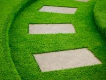 Τεχνητός πράσινος τρόπος περιπάτων χλόης με το συγκεκριμένο πιάτο Στοκ φωτογραφία με δικαίωμα ελεύθερης χρήσης