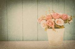 Τεχνητός ρόδινος κρητιδογραφιών αυξήθηκε στο δοχείο λουλουδιών Στοκ Εικόνες