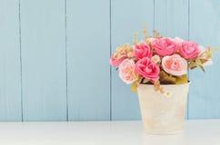 Τεχνητός ρόδινος κρητιδογραφιών αυξήθηκε στο δοχείο λουλουδιών Στοκ φωτογραφίες με δικαίωμα ελεύθερης χρήσης
