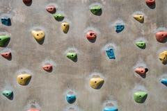 Τεχνητός τοίχος αναρρίχησης, που αναρριχείται στον τοίχο για την άσκηση - αναρριχηθείτε στο β Στοκ εικόνες με δικαίωμα ελεύθερης χρήσης