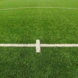 Τεχνητός τομέας χλόης στην παιδική χαρά ποδοσφαίρου Λεπτομέρεια ενός σταυρού των χρωματισμένων άσπρων γραμμών σε ένα γήπεδο ποδοσ Στοκ Εικόνα