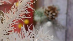 Τεχνητό άσπρο νέο δέντρο έτους εγχώριων διακοσμήσεων Χριστουγέννων απόθεμα βίντεο