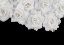 Τεχνητό άσπρο υπόβαθρο τριαντάφυλλων στοκ εικόνες