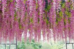 Τεχνητό λουλούδι στη στέγη Στοκ Φωτογραφία
