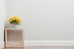 Τεχνητό λουλούδι στο κιβώτιο Στοκ Φωτογραφίες