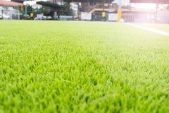 Τεχνητό πράσινο άσπρο πλέγμα αγωνιστικών χώρων ποδοσφαίρου τύρφης Στοκ φωτογραφία με δικαίωμα ελεύθερης χρήσης