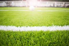 Τεχνητό πράσινο άσπρο πλέγμα αγωνιστικών χώρων ποδοσφαίρου τύρφης Στοκ Εικόνες