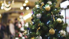Τεχνητό πράσινο δέντρο Χριστουγέννων που διακοσμείται με τις άσπρες και κίτρινες σφαίρες Χριστουγέννων απόθεμα βίντεο