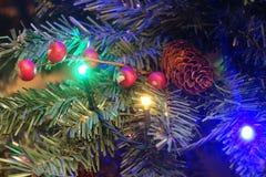 Τεχνητό χριστουγεννιάτικο δέντρο με τον κώνο και τα μούρα στοκ φωτογραφίες με δικαίωμα ελεύθερης χρήσης