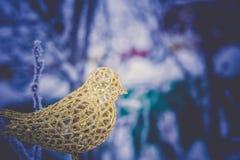 Τεχνητό χρυσό πουλί διακοσμήσεων αναδρομικό Στοκ φωτογραφίες με δικαίωμα ελεύθερης χρήσης