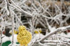 Τεχνητό χρυσό πουλί διακοσμήσεων Στοκ εικόνα με δικαίωμα ελεύθερης χρήσης