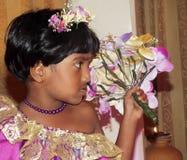 τεχνητό όμορφο φωτεινό ζωηρόχρωμο δημιουργικό μακροχρόνιο makeup κοριτσιών λουλουδιών φτερών σκιάς ματιών eyelashes που φορά τις  Στοκ εικόνες με δικαίωμα ελεύθερης χρήσης
