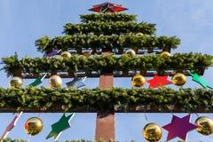 Τεχνητό colorfully διακοσμημένο χριστουγεννιάτικο δέντρο από κάτω από Στοκ Φωτογραφία