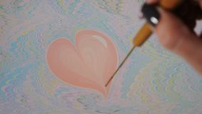 Τεχνική ζωγραφικής Ebru Τέχνη στο νερό - υγρή εικόνα Το θηλυκό χέρι επισύρει την προσοχή την καρδιά στο νερό με το χρώμα Χειροποί απόθεμα βίντεο