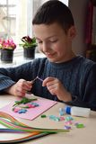 Τεχνική Quilling Χειροποίητες τέχνες στις διακοπές: Γενέθλια, μητέρα ` s ή ημέρα πατέρων ` s, στις 8 Μαρτίου, γάμος Έννοια παιδιώ Στοκ εικόνες με δικαίωμα ελεύθερης χρήσης