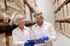 Τεχνικοί γυναικών στην αποθήκη εμπορευμάτων εργοστασίων παγωτού Στοκ εικόνα με δικαίωμα ελεύθερης χρήσης