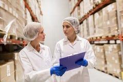 Τεχνικοί γυναικών στην αποθήκη εμπορευμάτων εργοστασίων παγωτού Στοκ Εικόνες