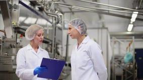 Τεχνικοί γυναικών στο εργοστάσιο παγωτού φιλμ μικρού μήκους