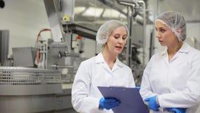 Τεχνικοί γυναικών στο εργοστάσιο παγωτού απόθεμα βίντεο