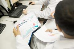 Τεχνικοί που αναλύουν τα διαγράμματα στο γραφείο εργοστασίων Στοκ Εικόνες
