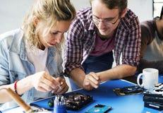 Τεχνικοί που εργάζονται στο σκληρό δίσκο υπολογιστών Στοκ εικόνα με δικαίωμα ελεύθερης χρήσης