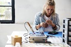Τεχνικοί που εργάζονται στο σκληρό δίσκο υπολογιστών Στοκ φωτογραφία με δικαίωμα ελεύθερης χρήσης