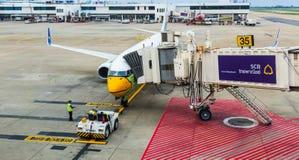 Τεχνικοί Nokair που ελέγχουν τα αεροσκάφη πριν από το χρόνο αναχώρησης στοκ φωτογραφίες