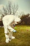 Τεχνικός εγκληματολόγων στην αποστειρωμένη προστατευτική γενική εργασία DNA στην επισήμανση των στοιχείων στην έκταση με τις σημα στοκ εικόνες με δικαίωμα ελεύθερης χρήσης