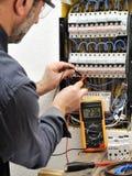 Τεχνικός ηλεκτρολόγων στην εργασία με το προστατευτικό κράνος σε ένα resid Στοκ Φωτογραφίες