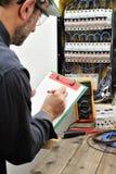Τεχνικός ηλεκτρολόγων στην εργασία με το προστατευτικό κράνος σε ένα resid Στοκ φωτογραφία με δικαίωμα ελεύθερης χρήσης