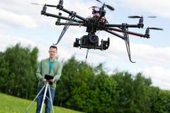 Τεχνικός που ενεργοποιεί UAV Octocopter στοκ εικόνα