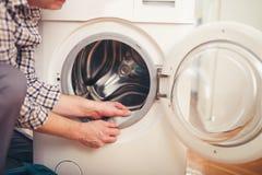 Τεχνικός που επισκευάζει ένα πλυντήριο Στοκ φωτογραφία με δικαίωμα ελεύθερης χρήσης