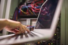 Τεχνικός που εργάζεται στο lap-top Στοκ φωτογραφίες με δικαίωμα ελεύθερης χρήσης