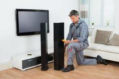 Τεχνικός που ελέγχει τον ομιλητή TV με το πολύμετρο στοκ εικόνες με δικαίωμα ελεύθερης χρήσης