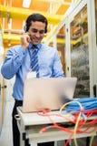 Τεχνικός που μιλά στα επικεφαλής τηλέφωνα Στοκ Φωτογραφίες